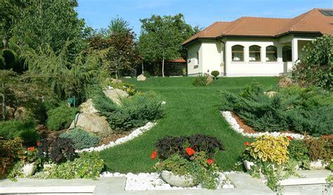 decorare exterioara casa gradina frumoasa amenajata pe un teren in panta adela