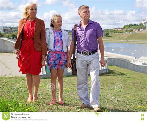 imagenes familias urbanas familia urbana ordinaria para un paseo en la ciudad imagen