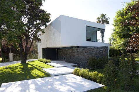 modern house entrance entrance garden lawn modern house in pilar buenos aires