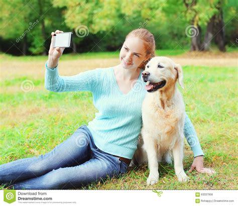 mujer abotonada por su perro mujer es abotonada por su mascota mujer es abotonada por