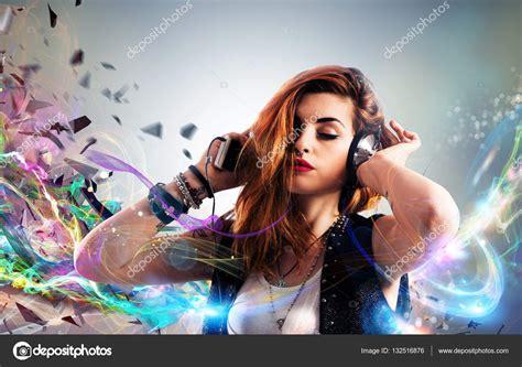 imagenes motivacionales de musica chica escuchando m 250 sica con auriculares foto de stock