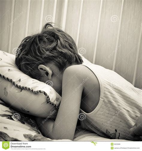 baby weint im bett weeping child royalty free stock images image 9023589