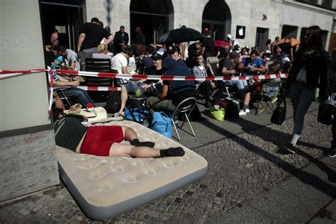 Futon World Berlin by The Great Global Iphone 6 Sit In Begins Cult Of Mac