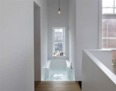 chambre baignoire une suite parentale et sa salle de bains en solid surface