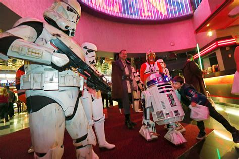 star wars the last jedi opening night fan event star wars fans storm las vegas theater for last jedi