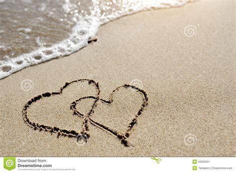 Imagenes De Corazones En La Playa | concepto del amor dos corazones dibujados en la arena de