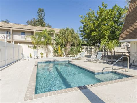 windsong unit b one block from beach with pool patio