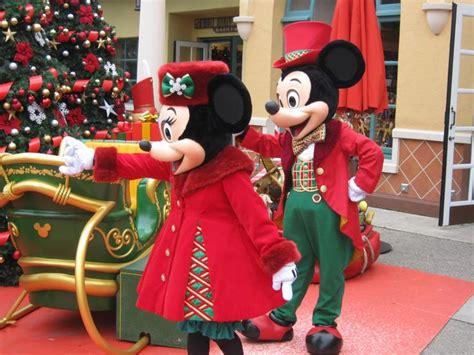 mickey minnie in christmas outfit disneyland paris