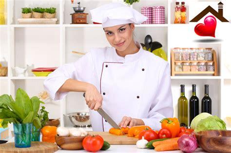 donna in cucina cucina nostra crea la tua micro impresa domestica