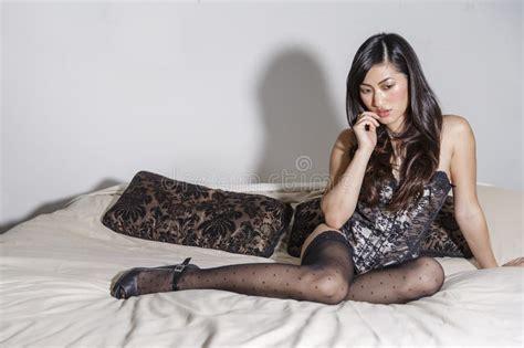 donne da letto foto donne asiatiche su un letto immagine stock