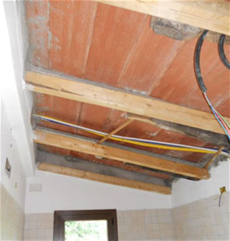 isolare controsoffitto come isolare il controsoffitto in legno con la di vetro