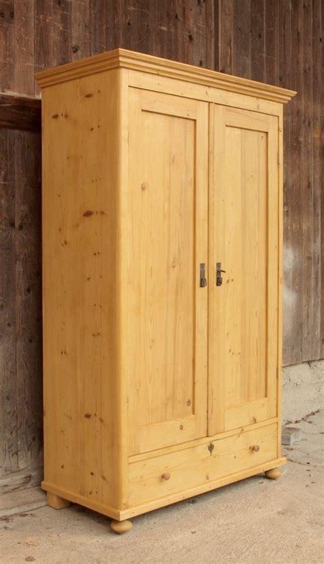 kleiderschrank mit böden alter kleiderschrank mit 2 t 252 ren und einer schublade