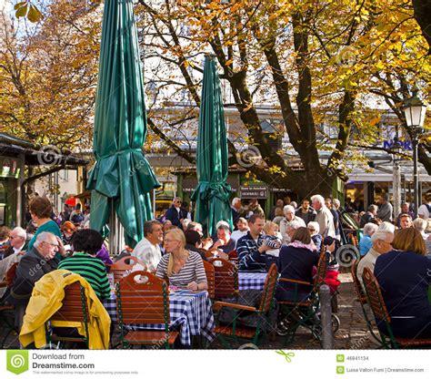 giardino della birra la gente beve fuori al giardino della birra di viktualien