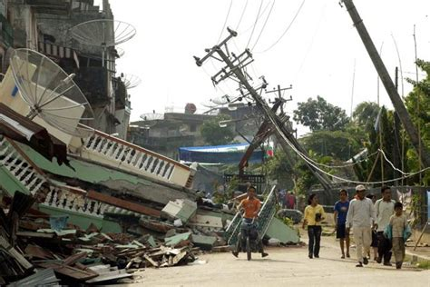 earthquake at indonesia photos earthquake in indonesia huge 7 8 quake strikes