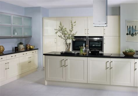 cream shaker kitchen cabinets cream gloss shaker kitchen cabinets pinterest shaker