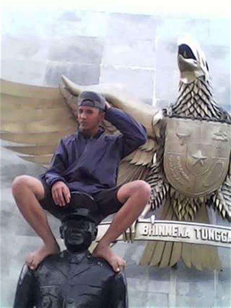 Baju Polisi Jendral Anak sebentar lagi bocah duduk di atas patung pahlawan revolusi