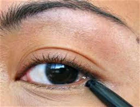 tutorial memakai eyeliner kuas make up mata tutorial memakai eyeliner cair dan pensil