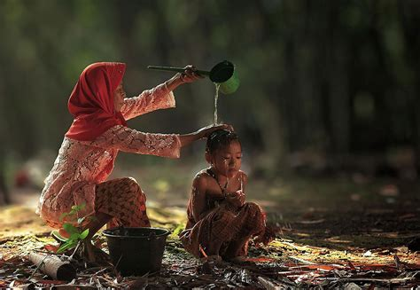 mesmerizing photos mesmerizing photos of the everyday lives of indonesian villagers by herman damar wave avenue