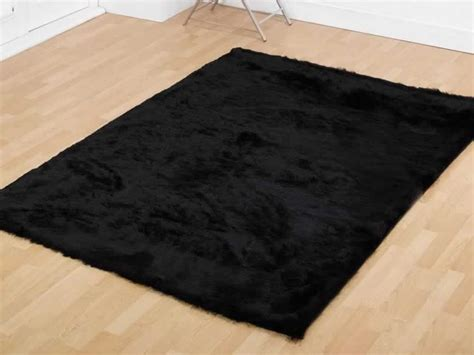give a neutral look to your floor with black and white rug