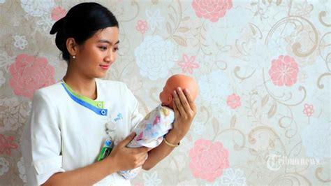 Gendong Bayi 1 Bulan sudah benarkah cara ibu menggendong bayi tribunnews