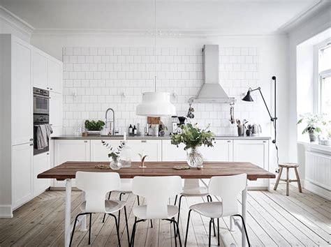 nordic decor inspiration in two colorful homes d 233 co scandinave 50 id 233 es pour d 233 corer votre cuisine au