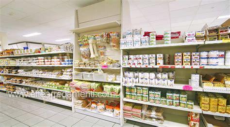 scaffali in legno per negozi arredamento allestimento negozio prodotti animali perugia