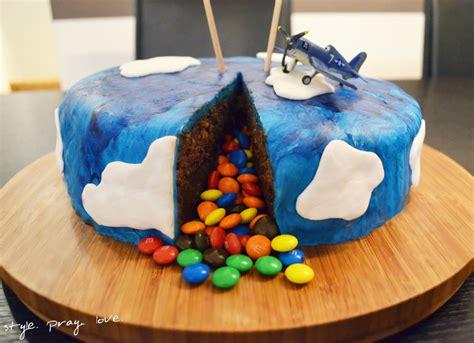 pinata kuchen flugzeug thementorte pi 241 ata geburtstagskuchen mit smarties