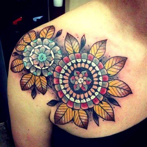 tattoo old school geometric interessante bunte oldschool mandala blume mit bl 228 ttern