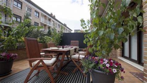 decoracion de balcones alargados c 243 mo ganar intimidad en terrazas y balcones hogarmania