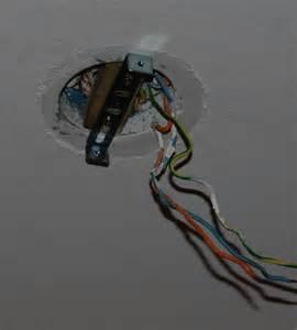 bricolage installer un plafonnier sur une fixation de lustre