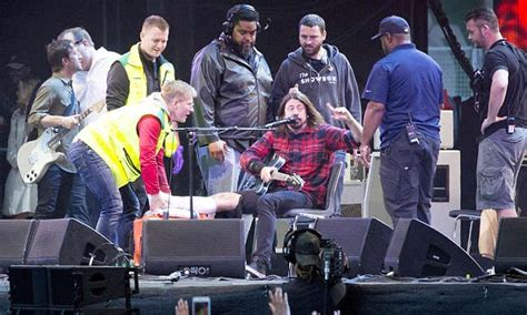 Topi Trucker Foo Fighter dave grohl breaks a leg but foo fighter keeps singing in