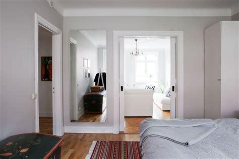decorar paredes blancas con pintura paredes grises muebles blancos suelo de madera blog
