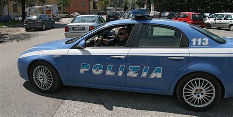 polizia di stato banche dati prima aggredisce impiegati e clienti di un istituto