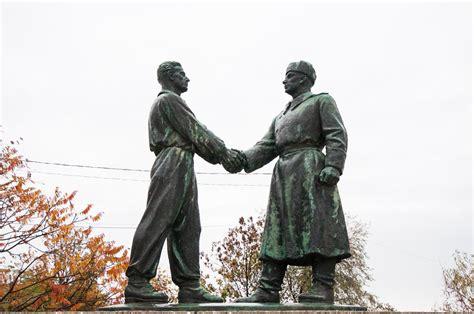 el pedestal de las estatuas memento park macarrones leninistas