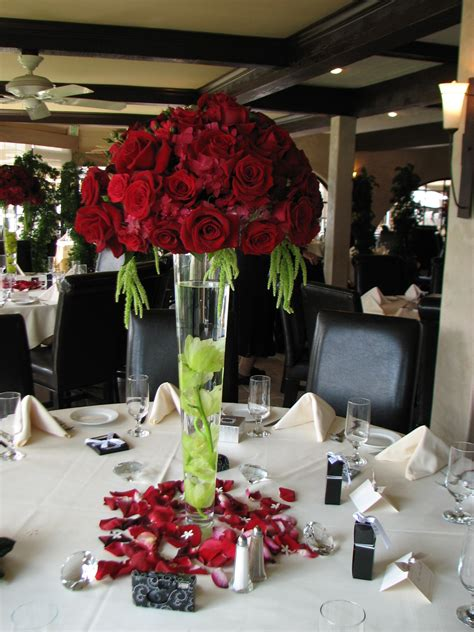 June June June Everyone Wants Lorisflowersevents S Blog Wedding Roses Centerpieces