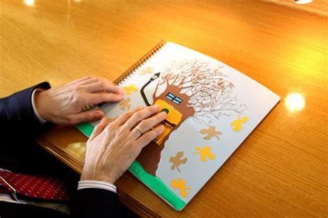 imagenes visuales tactiles manos de un hombre con discapacidad visual explorando un