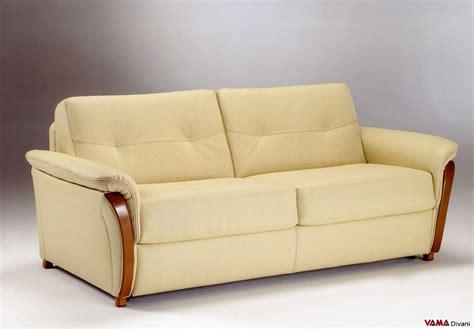 divano letto in pelle divano letto matrimoniale in pelle con legno nei braccioli