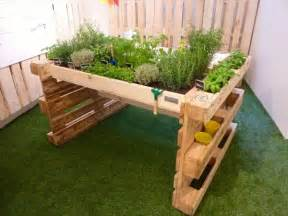 I Want To Hang From The Chandelier Wow I Want To Make Diy Recycled Pallet Vertical Garden For