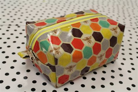 free pattern zippered cosmetic bag easy zipper box bag tutorial harts fabric blog sew your