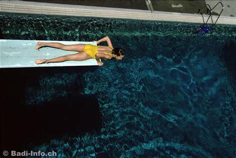 schwimmbad mit sprungbrett m 228 dchen auf sprungbrett im schwimmbad