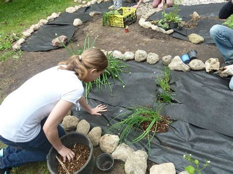 hanggarten mit steinen und rindenmulch
