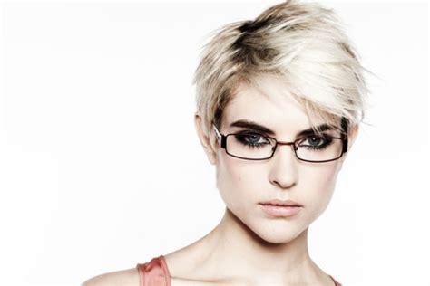 haarfarbe und brille tipps fuer den perfekten