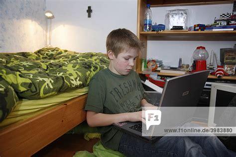 pc arbeit zuhause junge 11 jahre alt arbeitet mit seinem computer zuhause