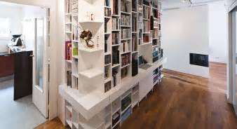 une biblioth 232 que et coin bureau dans un couloir maison