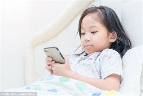 membuat anak cepat tidur bermain gawai sebelum tidur picu masalah kesehatan anak