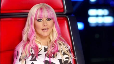 hairstyles on the voice christina aguilera long wavy cut with bangs christina