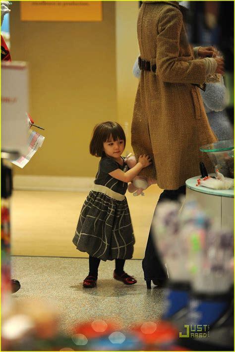 Holmess Shopping Spree For Suri suri cruise fao schwarz shopping spree photo 1586421