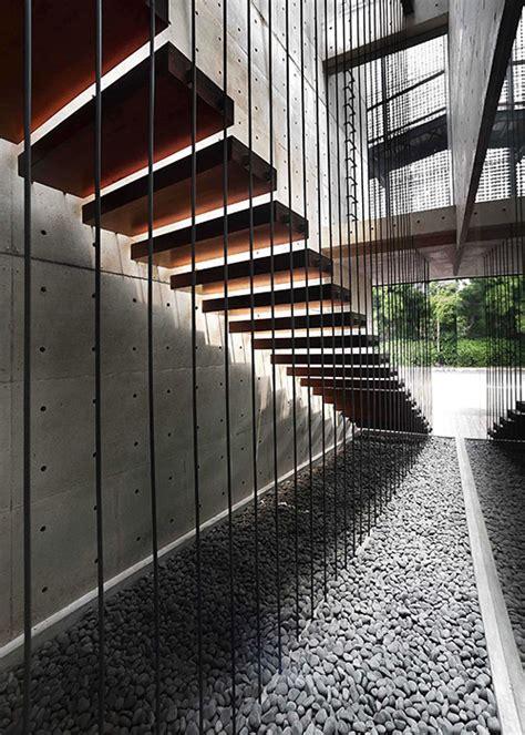 tip dekorasi interior cantik  tangga melayang
