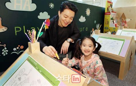 Flat Shoes Kuncir unyu banget bum soo gandeng putrinya hadiri acara publik
