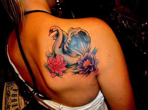 toller wei 223 er schwan und bunte lotusblumen tattoo am